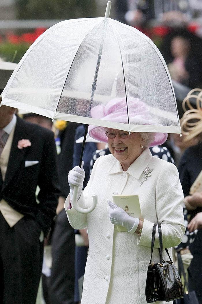 Зонтиками королевы Елизаветы восхищается весь мир ☔