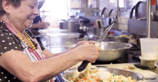 Ресторан нанял бабушек готовить ″домашнюю″ еду – и стал супер-популярным