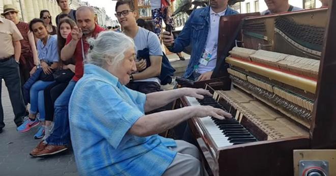 Удивительная старушка! Играет венгерскую рапсодию № 2 вот так просто на улице