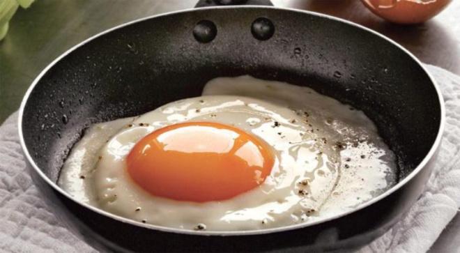 Повар с 30-летним стажем: «Солите не яичницу, а масло, на котором она жарится!»
