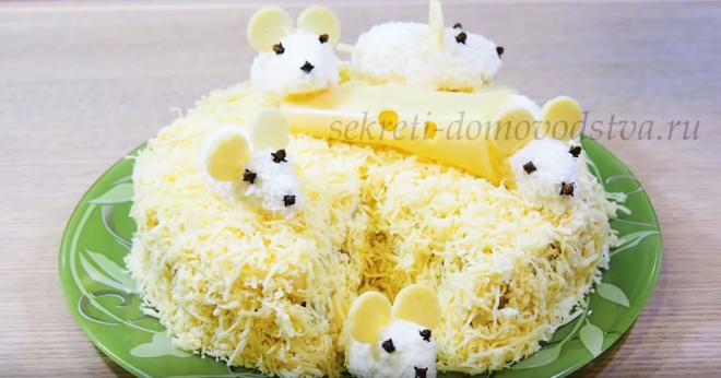 Салат «Мыши в сыре» с ананасами, куриным и филе и шампиньонами. Вкусный салат на Новый Год 2020!