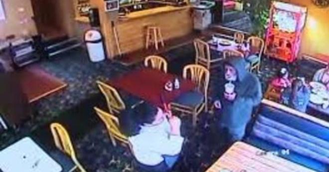 Официантка обслужила бездомного, а потом узнала, что это был владелец ресторана
