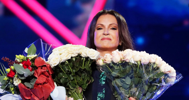 """Триумф Софии Ротару на """"Песне года"""": зрители встретили певицу шквалом аплодисментов и осыпали ее цветами"""