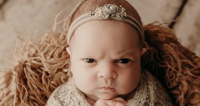 Новорожденная малышка задала новый тренд на «эмоционально честные» фотосессии младенцев