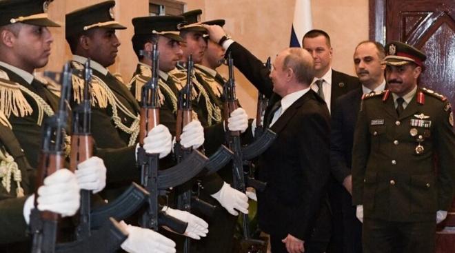 Палестина под впечатлением: Путин поднял фуражку, которую уронил военный почётного караула