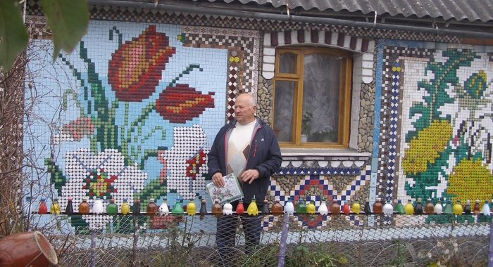 Николай сделал настоящую «вышивку» на своем доме из обычных пластиковых крышечек