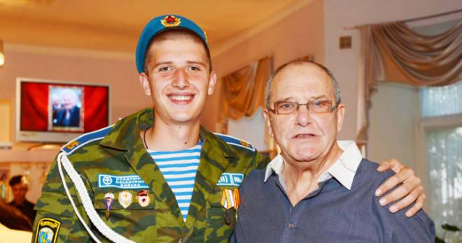 Старший сын Виторгана вернулся из армии, возмужал и стал еще больше похож на знаменитого отца