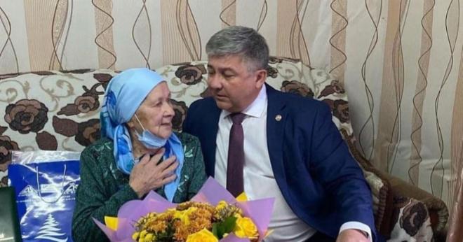 90-летней женщине вместо подарка вручили «открытку от Путина»