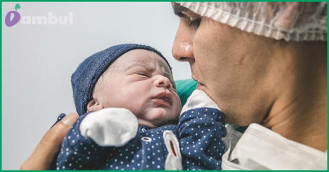 «Эмоционально сильный кадр»: Фото отца, молящегося над новорождённым заставило всю Сеть плакать