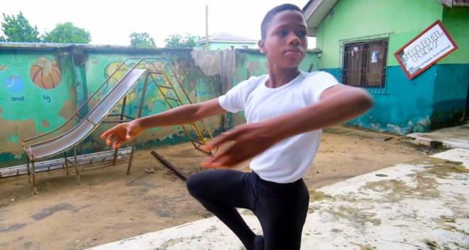 Африканский мальчик эффектно станцевал под дождем и стал знаменитым