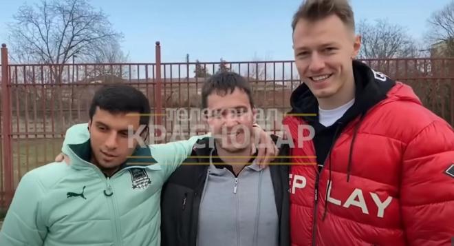 Футболисты «Краснодара» подарили авто таксисту-инвалиду, которого унижали в соцсетях